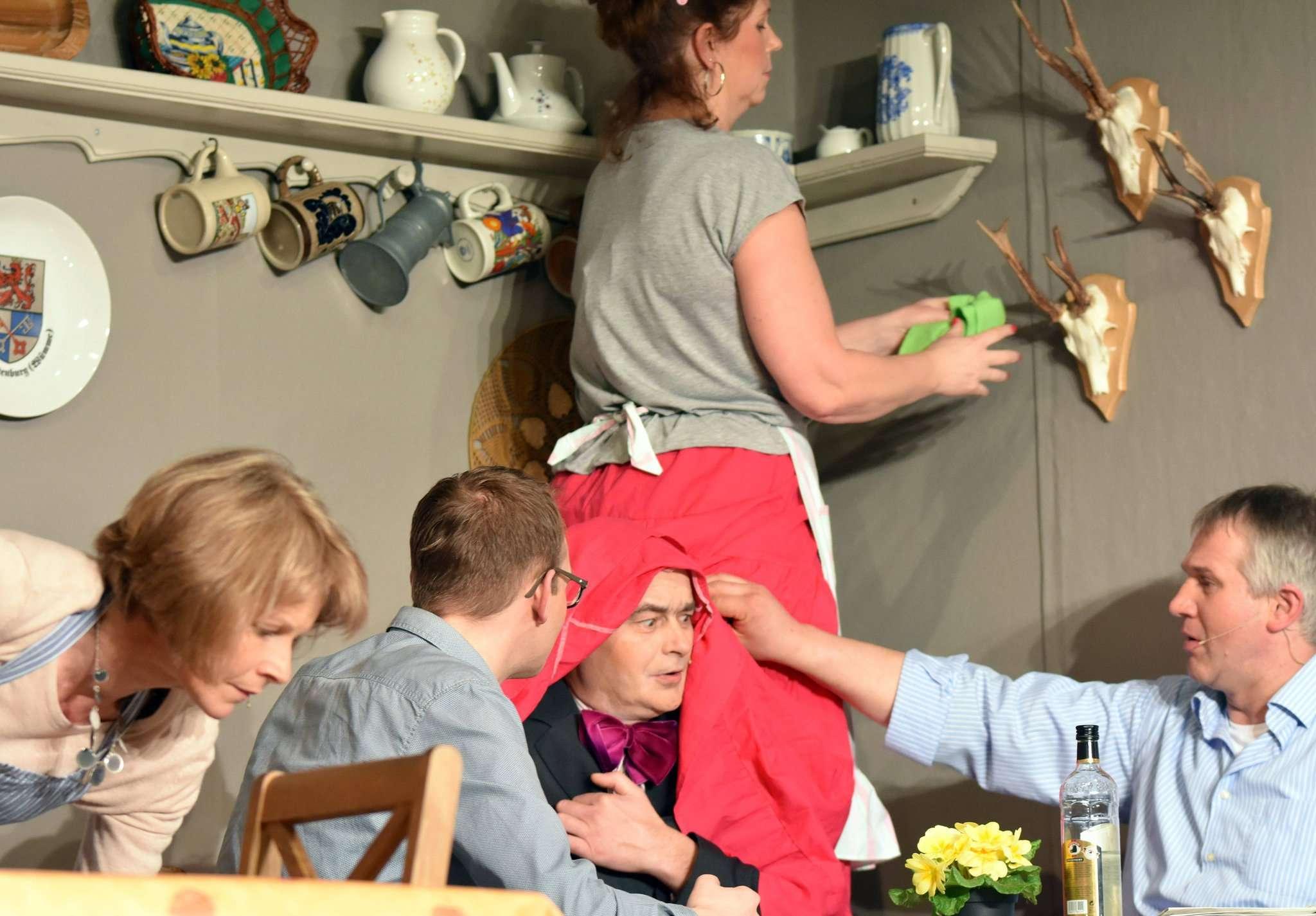 Zu komischen Szenen kommt es, als die vier Frauen um die Gunst der Männer buhlen. Fotos: Heidrun Meyer