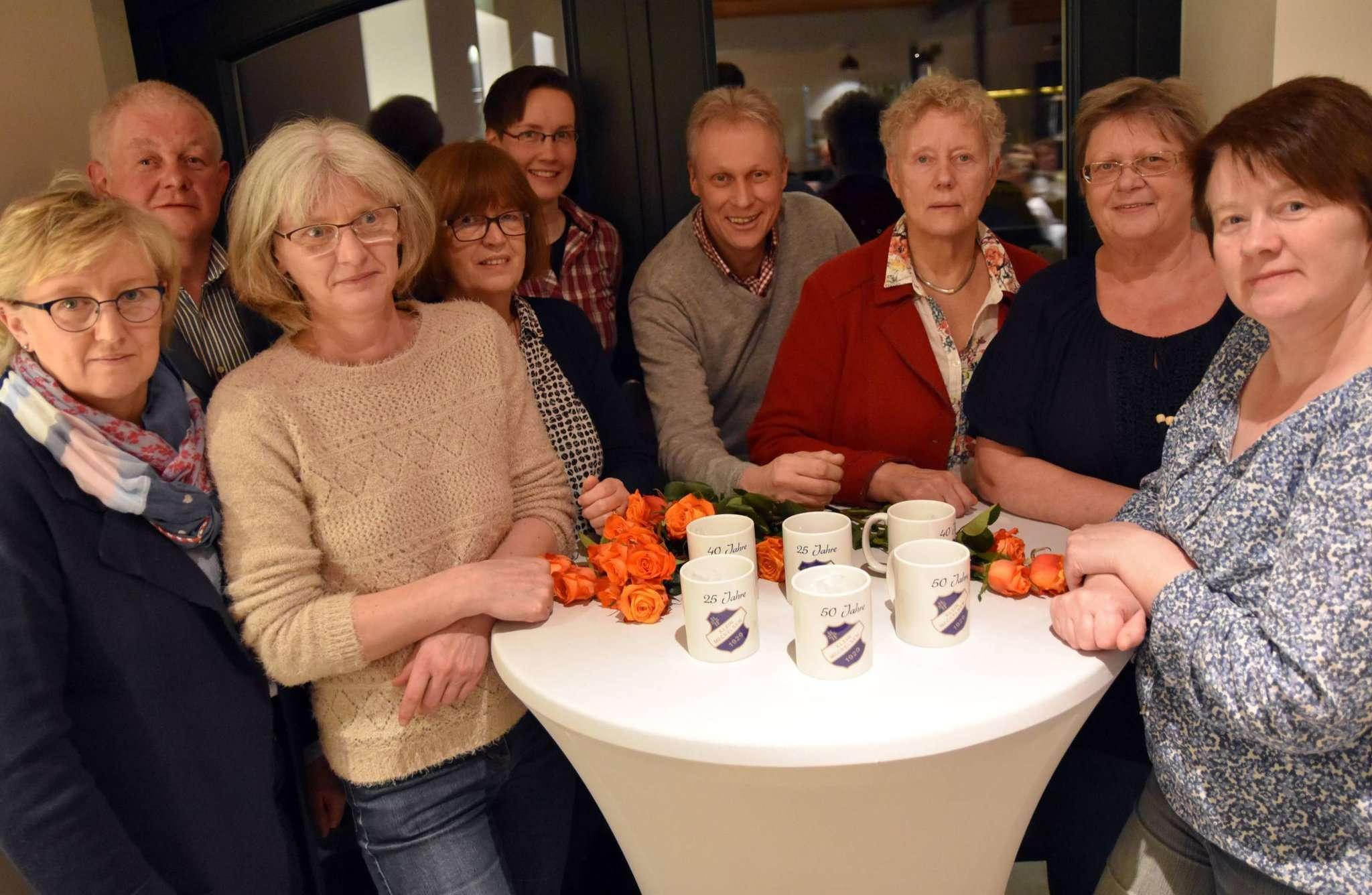 Der neu formierte Vorstand des TuS mit der Vorsitzenden Magret Kogge-Martens (Dritte von rechts). Foto: Heidrun Meyer