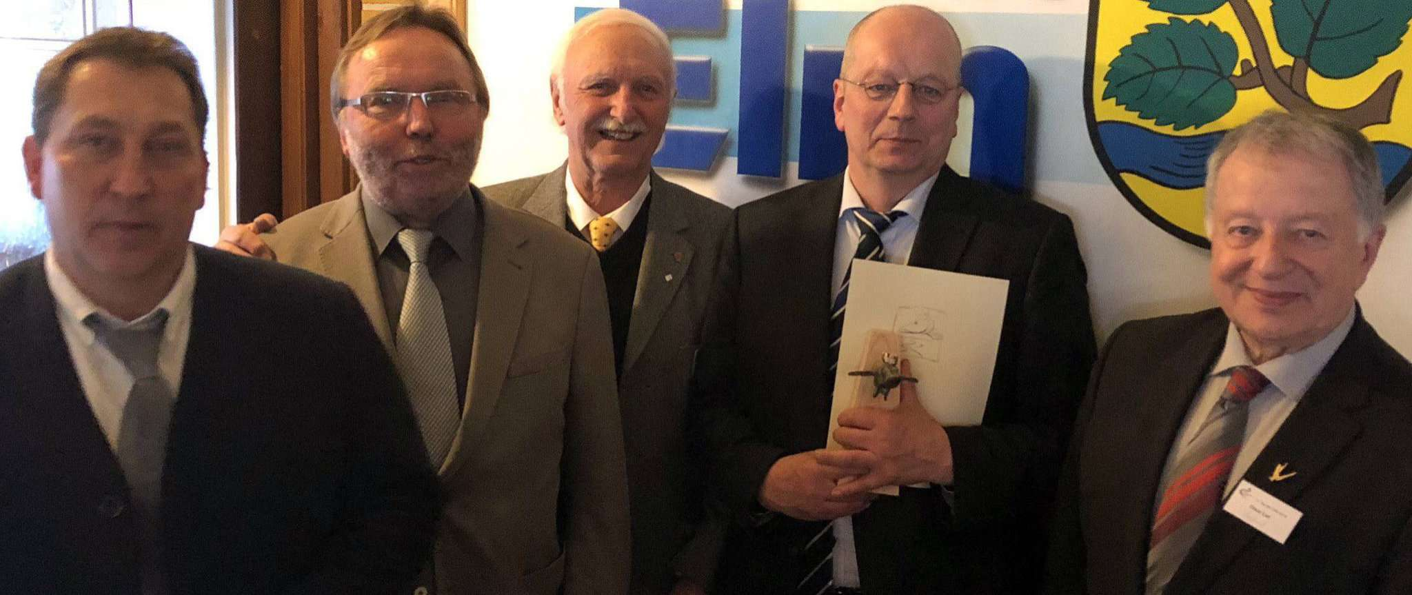 Friedhelm Gahlau (von links), Jürgen Otten, Hans-Günther Beuck, Andreas Schwanholt vom Moorbahnverein nehmen die Auszeichnung von Claus List entgegen.