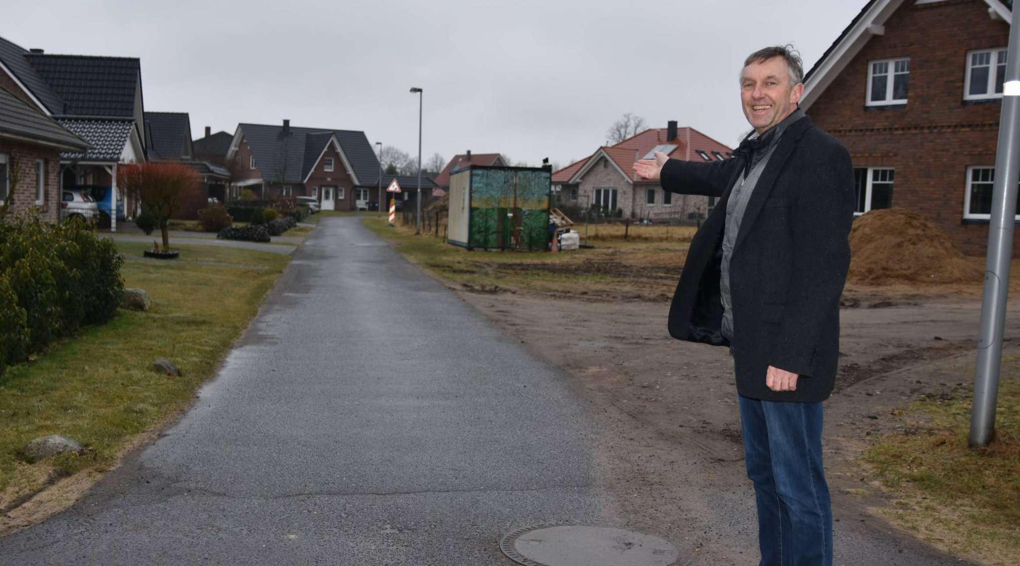 Bürgermeister Bernd Petersen freut sich, dass der Straßenausbau in Angriff genommen werden kann. Foto: Heidrun Meyer