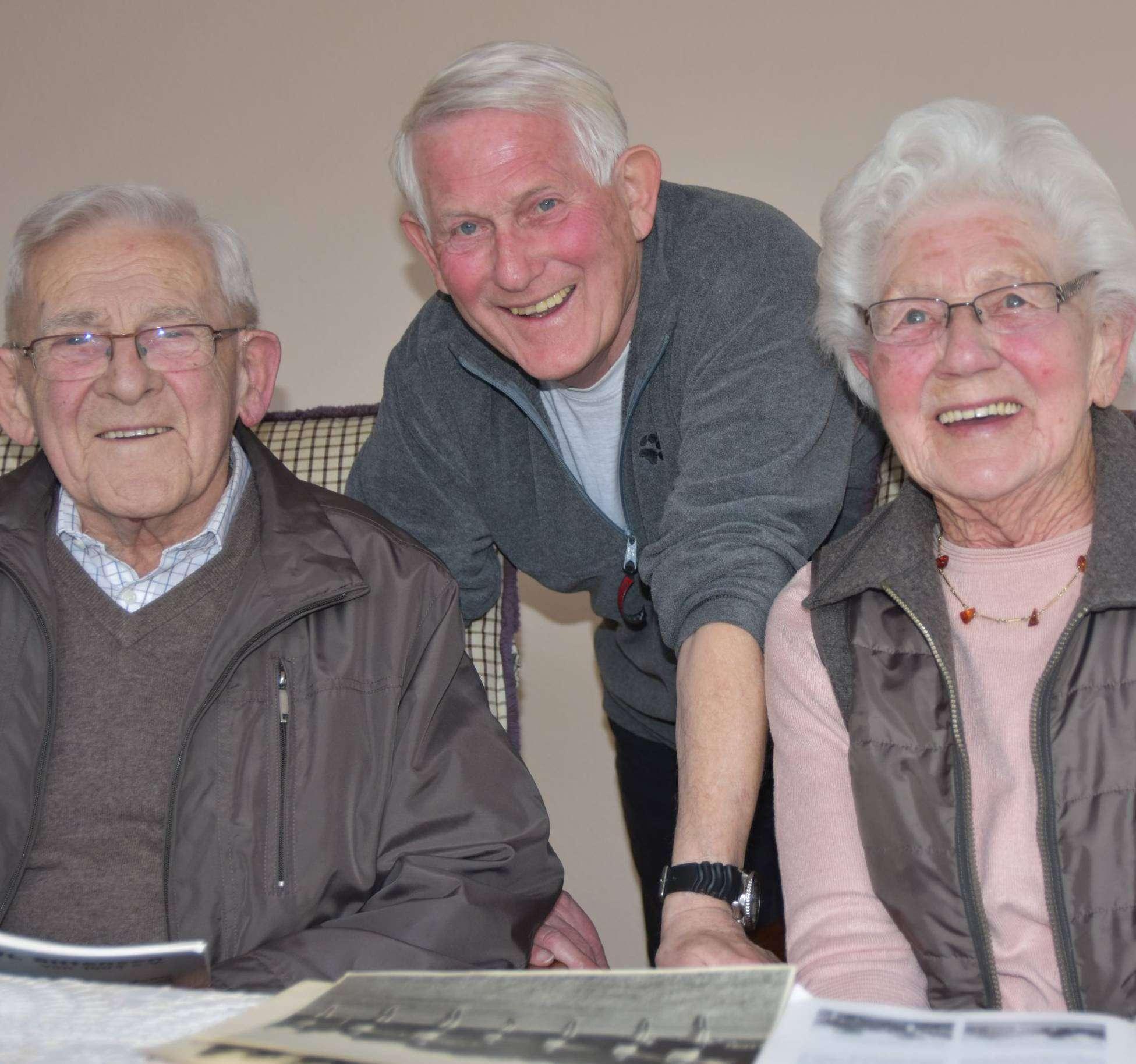 Walter Wilkens (links), Horst Otto und Lizzy Losch sind überzeugte VfL-Mitglieder. Foto: Heidrun Meyer