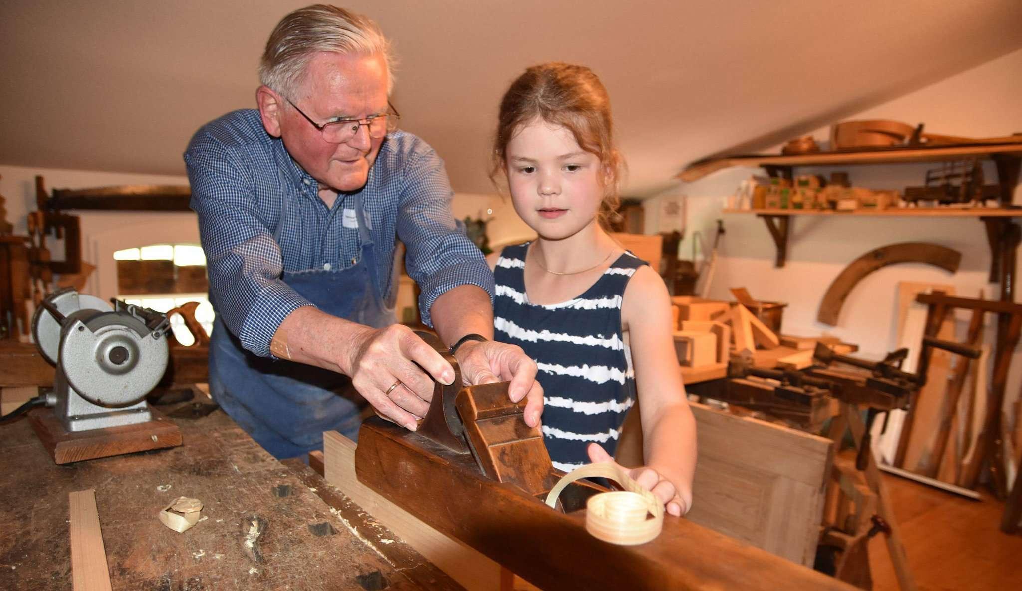 Die neunjährige Lina übte sich mit Tischler Hermann Bostelmann im Hobeln. Foto: Heidrun Meyer