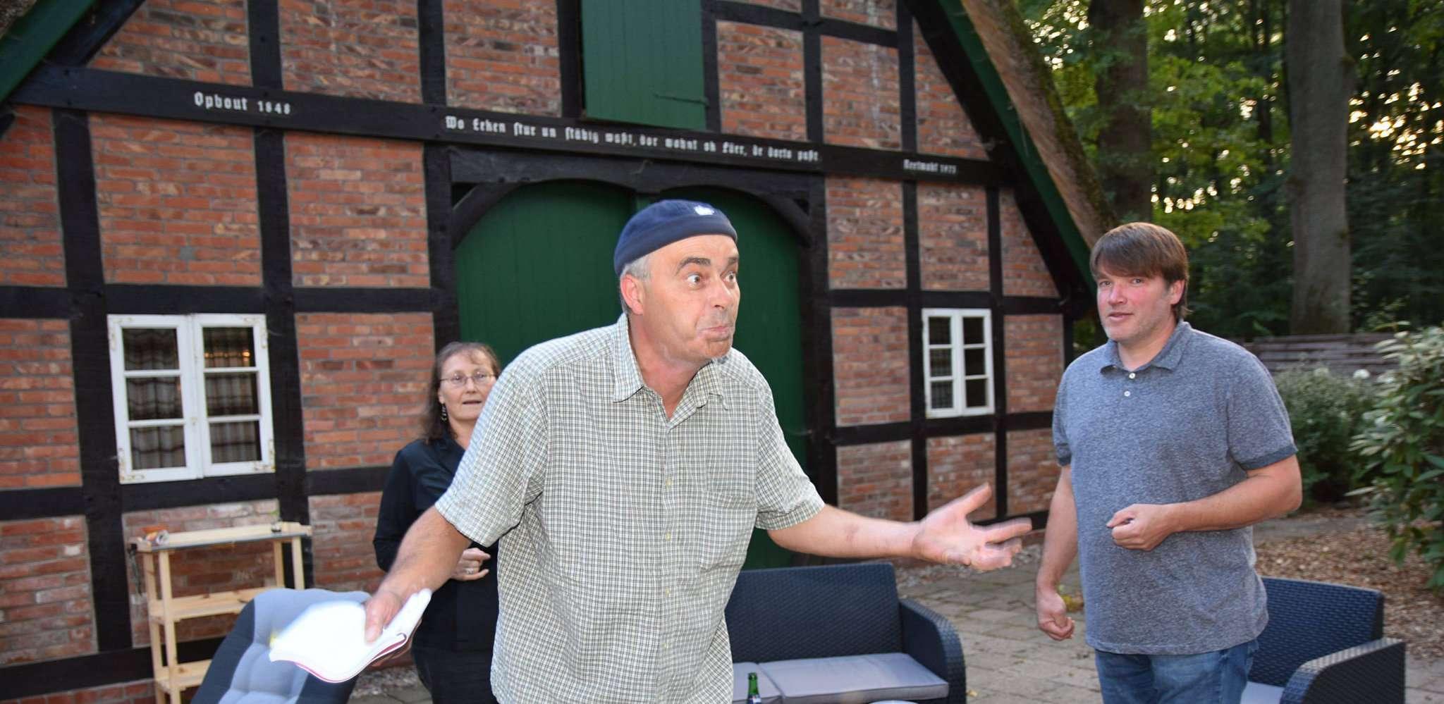 Jürgen Meyer (links) spielt den arg geplagten Regisseur und Carsten Köhn einen Schauspieler, der in die Rolle eines Inspektors schlüpfen soll. Fotos: Heidrun Meyer