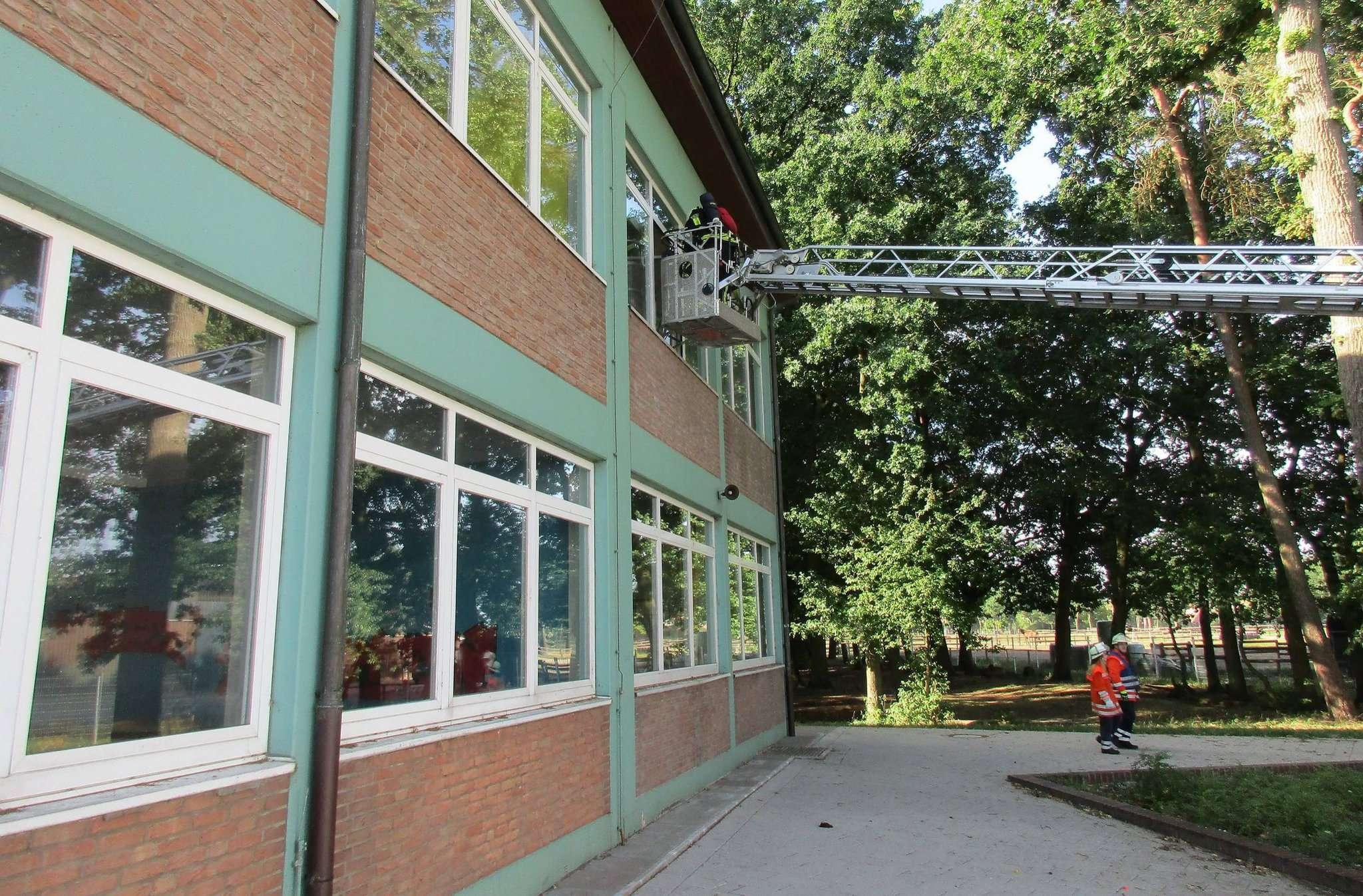 Auch die Drehleiter der Feuerwehr Zeven kam bei der Übung in der Schule zum Einsatz.