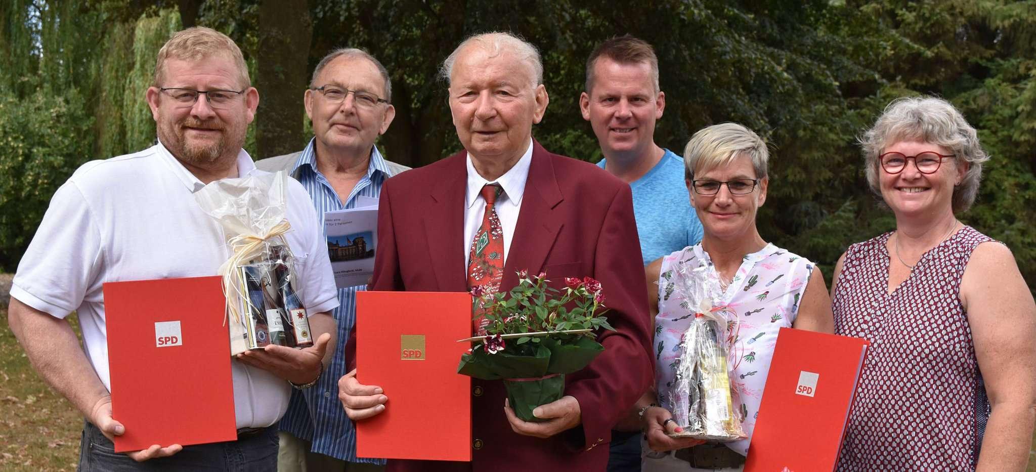 Traute Flacke (rechts) freut sich mit den geehrten Mitgliedern, allen voran Eugen Schmeichel (Mitte), der auf 70-jährige Mitgliedschaft zurückblickt. Foto: Heidrun Meyer