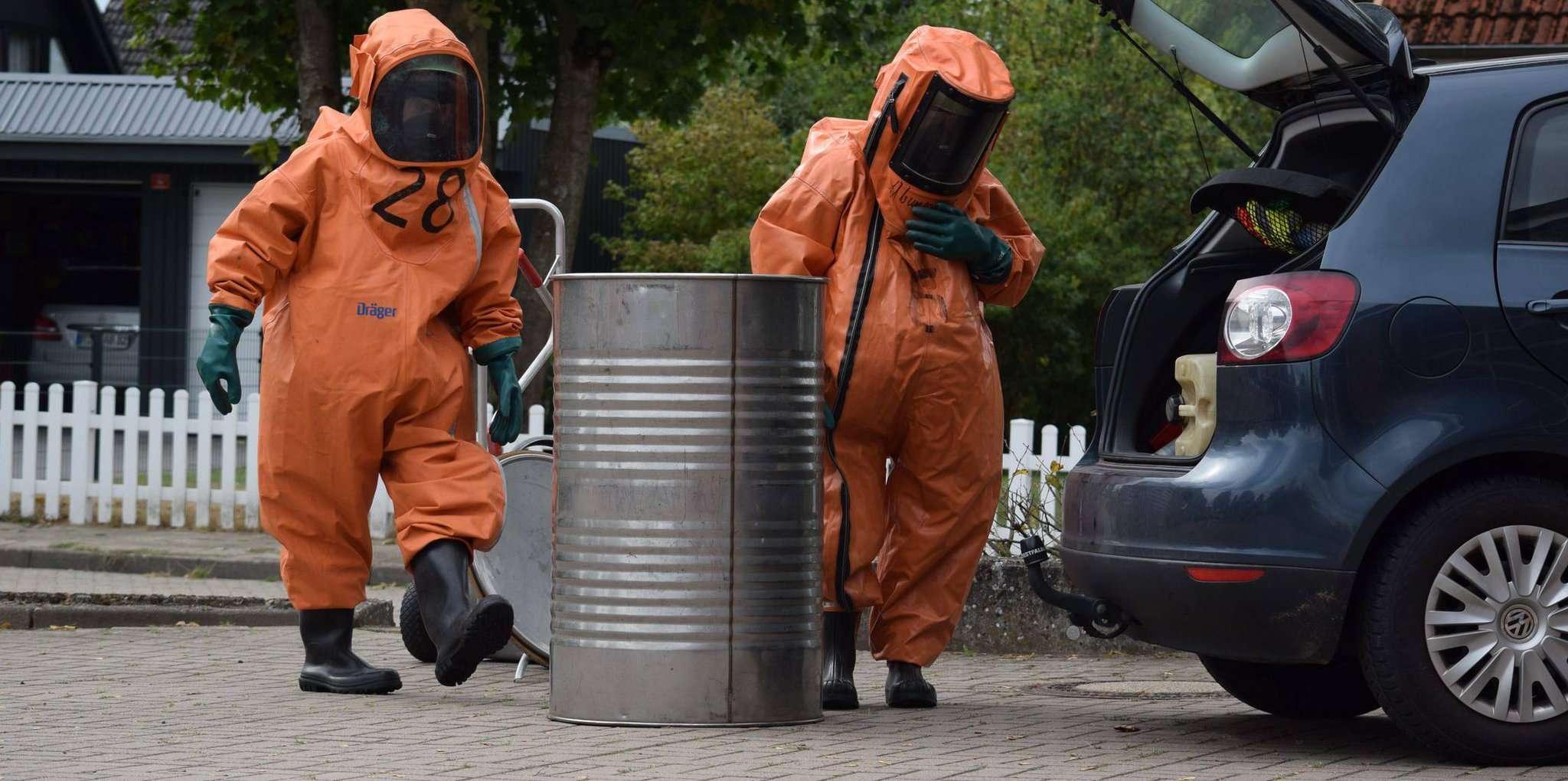 In Chemikalienschutzanzügen erkundeten die Feuerwehrleute die Unglücksstelle.