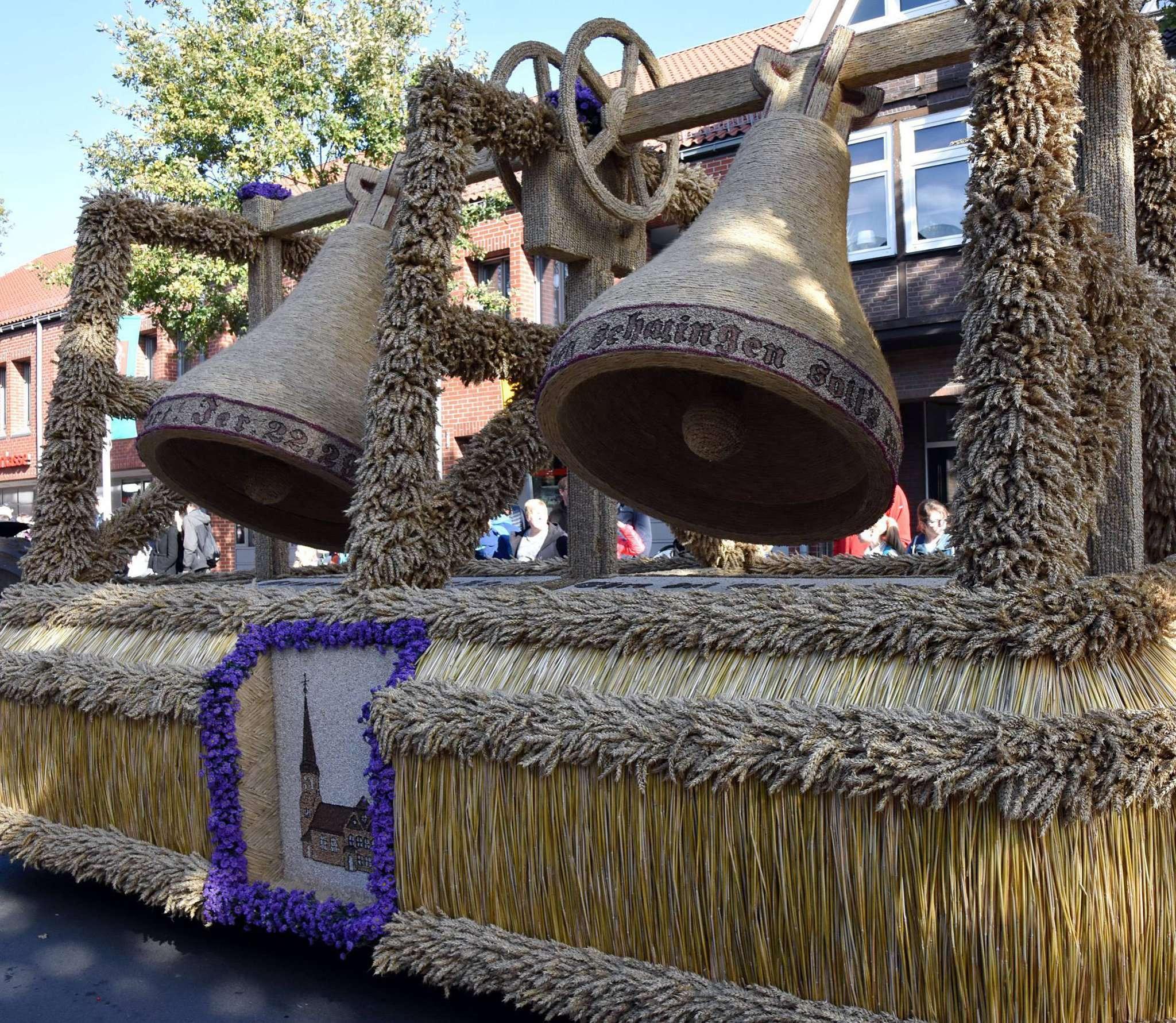 Der Wagen der Dorfjugend Klein Sittensen mit dem Nachbau der Sittenser Kirchturmglocken erzielte den begehrten Sieg in der Gruppe der schönsten Bördewagen.