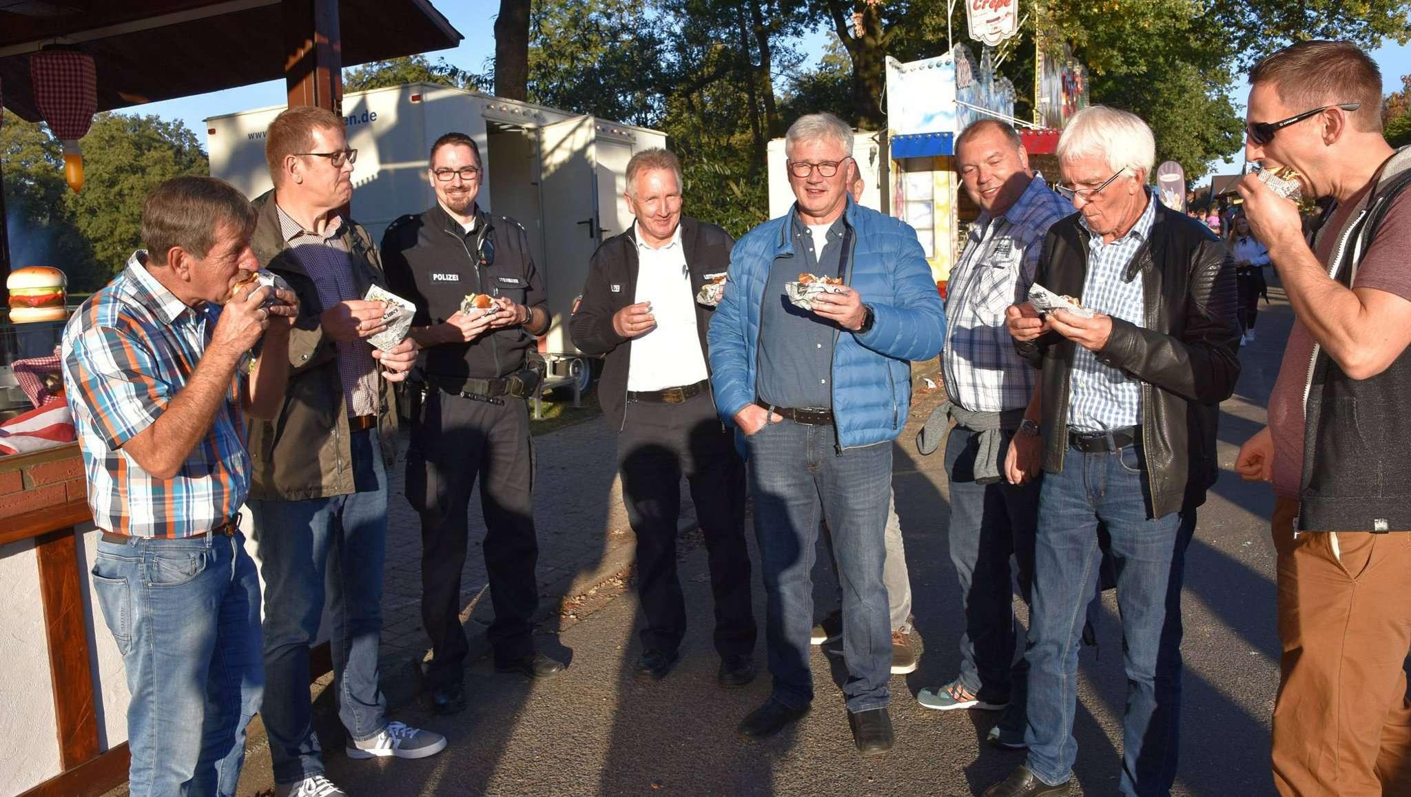 Die offizielle Delegation ließ sich beim Marktrundgang einen herzhaften Burger schmecken. Fotos: Heidrun Meyer