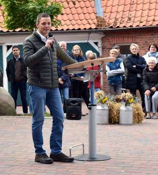 Dorfbevölkerung feiert Erntedankfest  Umzug mit 20 Wagen