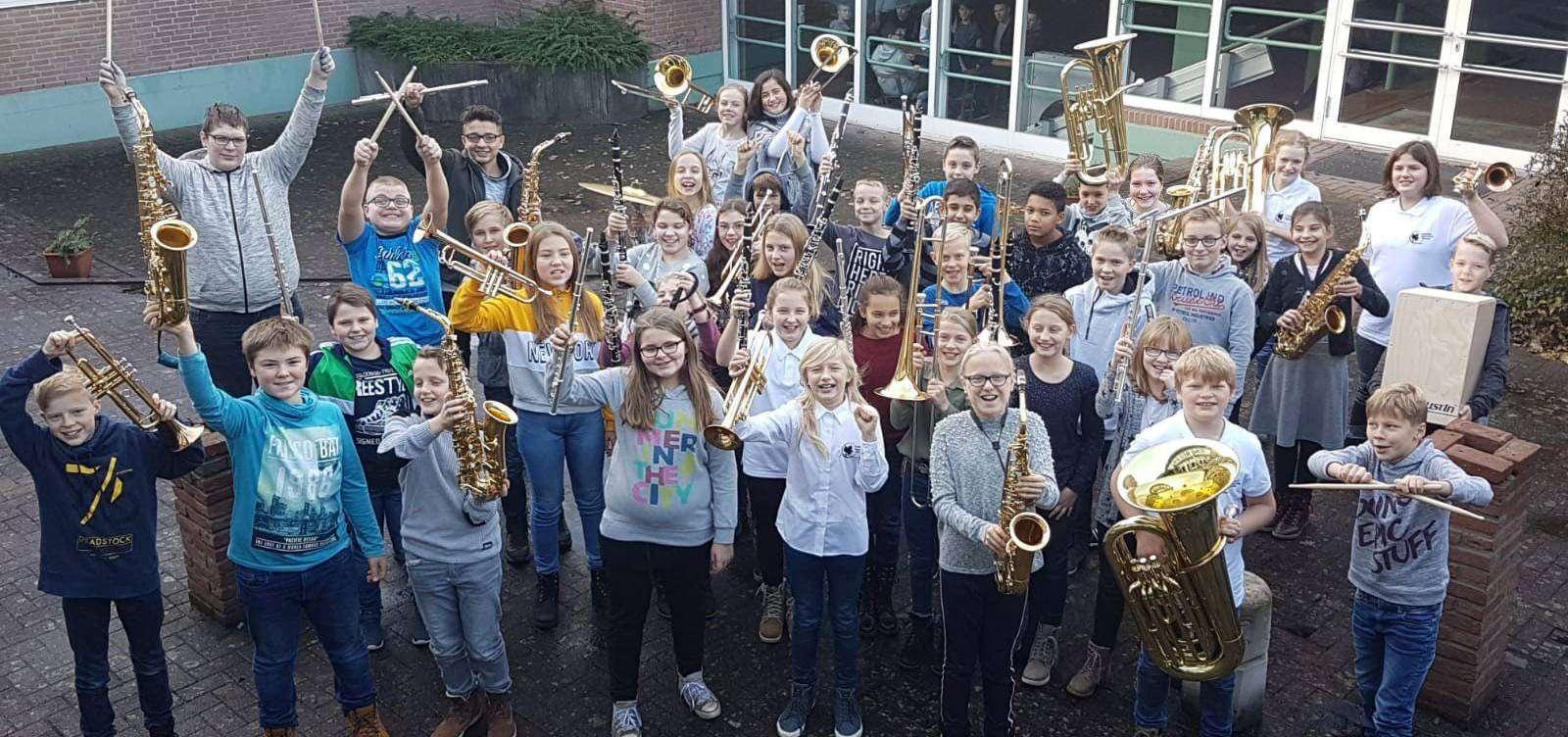 Die Schüler der fünften und sechsten Bläserklassen der KGS bilden ein Orchester, das klanglich den zahlreichen Pfeifen der Orgel gegenübergestellt wird.