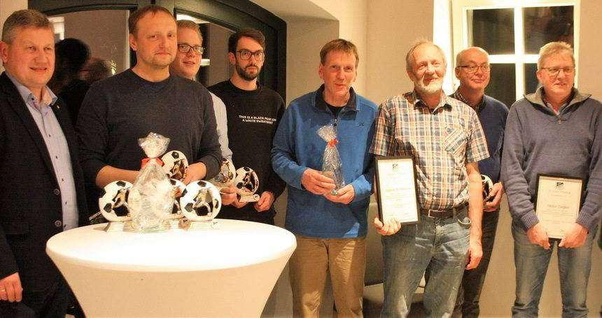 Die geehrten Vereinsmitglieder mit dem scheidenden ersten Vorsitzenden Torsten Rathje (links).