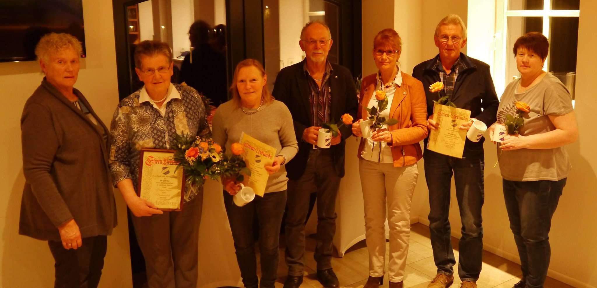 Vorsitzende Magret Kogge-Martens (links) mit einigen der für langjährige Vereinszugehörigkeit geehrten Mitgliedern