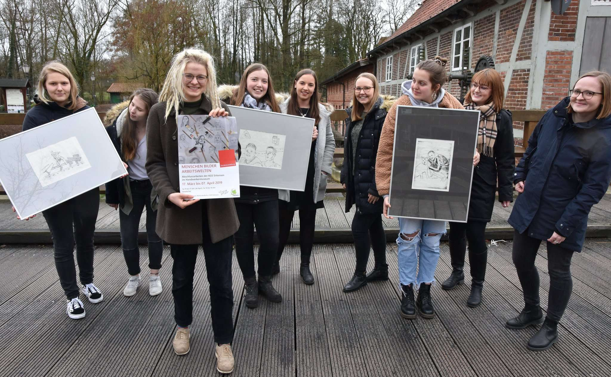 Die Bilder werden von den Schülern eigenständig gerahmt, auch die Gestaltung der Ausstellung liegt in ihrer Entscheidung. Foto: Heidrun Meyer