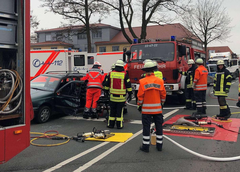 Mit hydraulischem Rettungsgerät befreite die Feuerwehr die verletzte Autofahrerin.