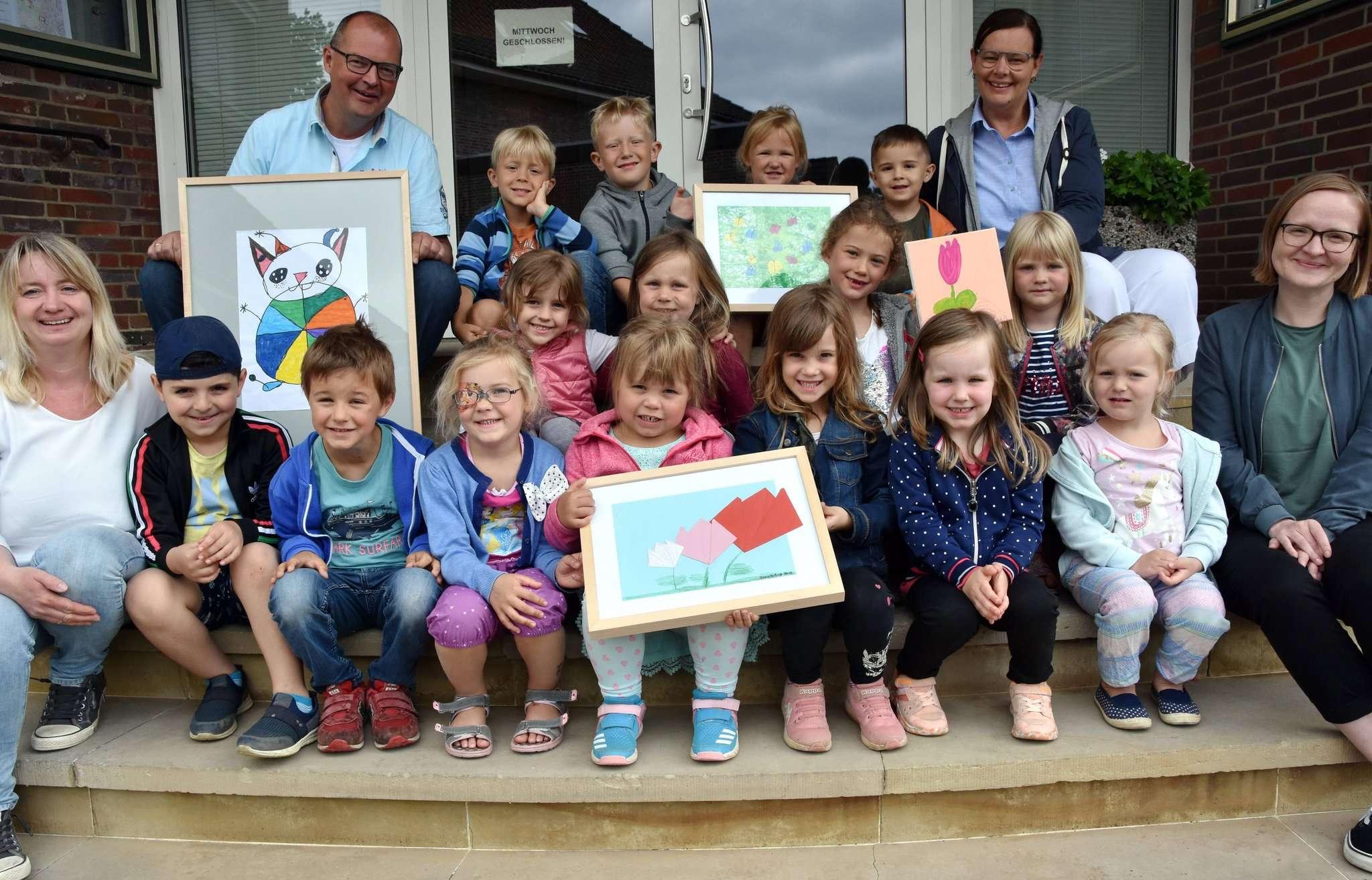 Eine Kindergartendelegation überreichte ihre Kunstwerke an Samtgemeindebürgermeister Stefan Tiemann. Museumsleiterin Kerstin Thölke (rechts vorne) begleitete die Malaktion. Foto: Heidrun Meyer