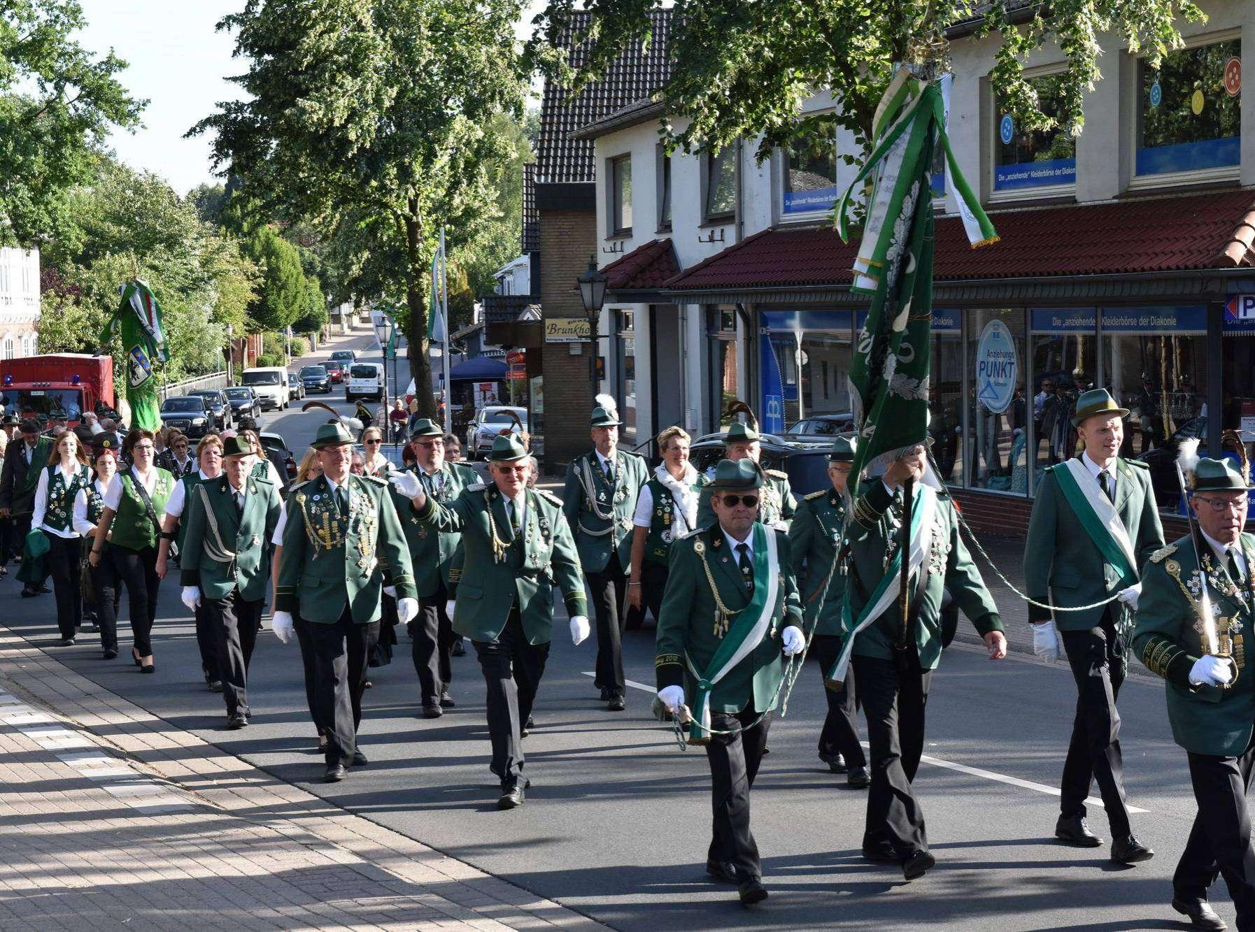 Die Schützen marschieren am Samstag durch das festlich geschmückte Dorf. Fotos: Heidrun Meyer