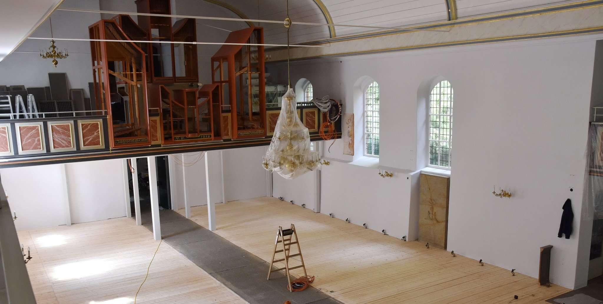 Wände und Decken haben einen neuen Anstrich bekommen, der Holzfußboden wird aufbereitet, sprich, die Dielen werden abgeschliffen und danach neu lackiert. Fotos: Heidrun Meyer