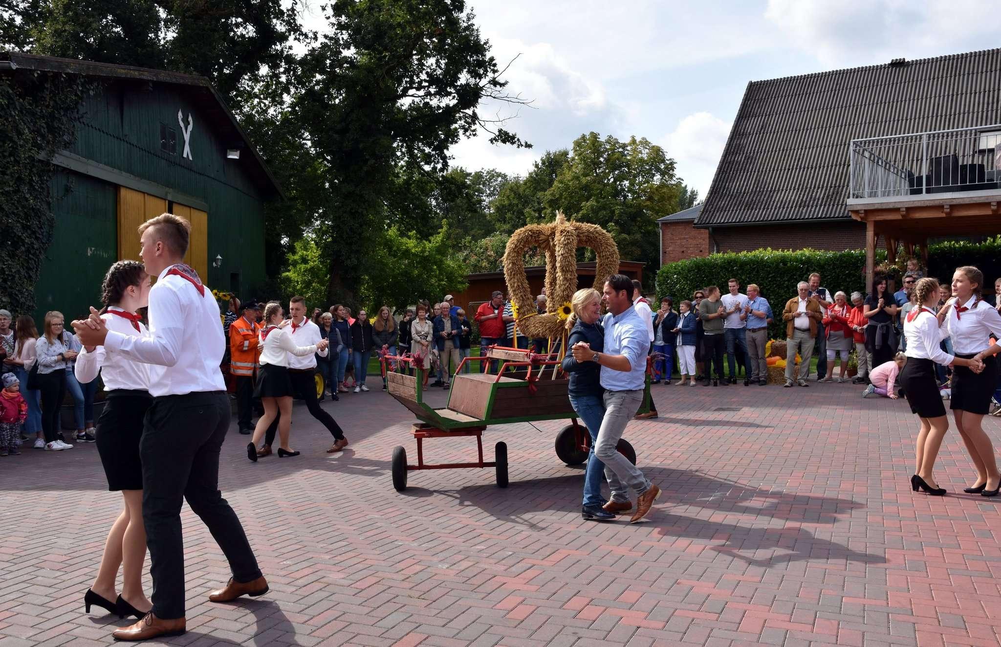 Kronentänzer und Kronenbauernpaar absolvierten gekonnt den unverzichtbaren Tanz um die Erntekrone. Foto: Heidrun Meyer