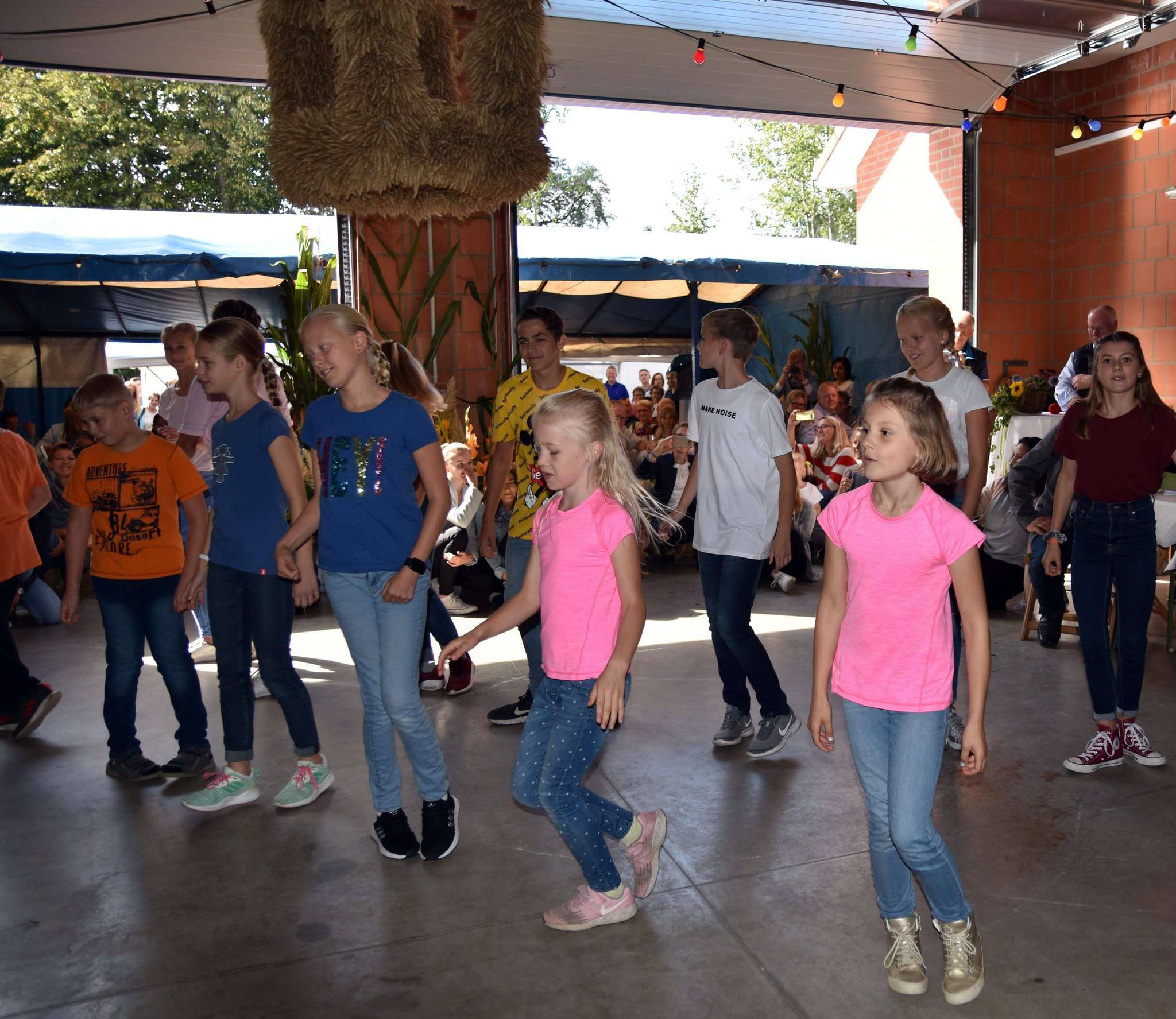 Auch die örtlichen Schulkinder trugen mit Tanzvorführungen zum Unterhaltungsprogramm bei. Fotos: Heidrun Meyer