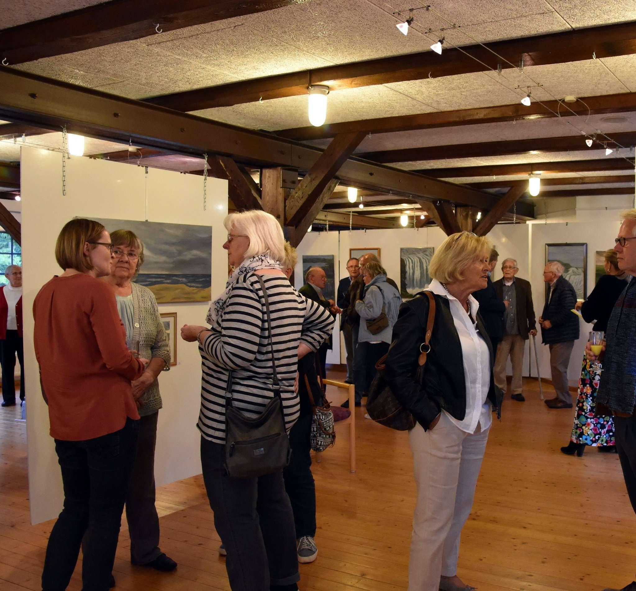 Die offizielle Eröffnung der Ausstellung fand im Kreis geladener Gäste statt. Fotos: Heidrun Meyer