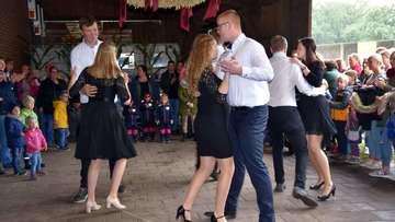Dorfbewohner feiern Erntedankfest mit Umzug und Disco