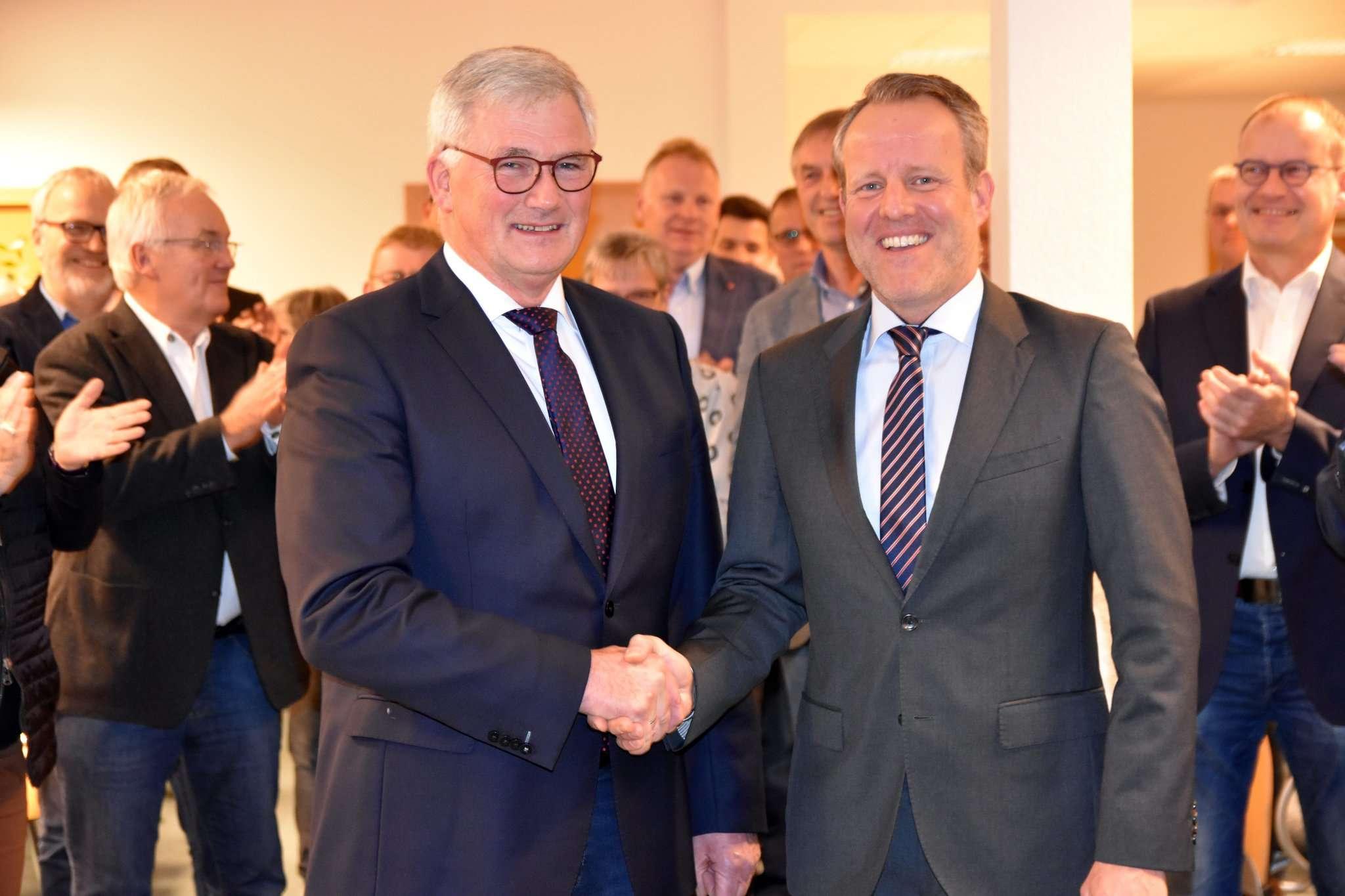 Jörn Keller nahm nach dem formellen Akt der Vereidigung freudestrahlend die Gratulation von Diedrich Höyns und den Applaus der Ratsmitglieder entgegen. Foto: Heidrun Meyer