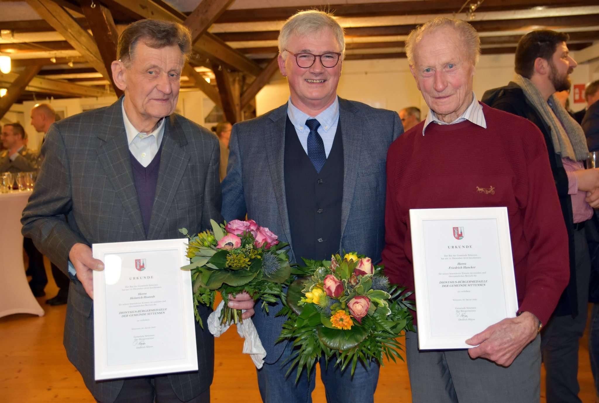 Bürgermeister Diedrich Höyns (Mitte) mit den neuen Trägern der Dionysius-Medaille, Friedel Hancker (rechts) und Heiner Hastedt. Foto: Heidrun Meyer