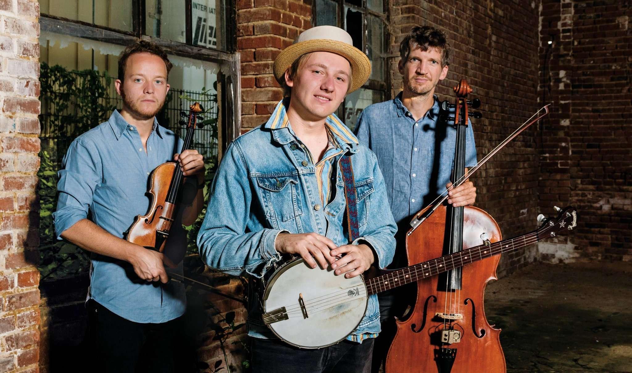 Das David-Lübke-Trio präsentiert mitreißende Folk-Hymnen im Wechsel mit sehr persönlichen Songs.