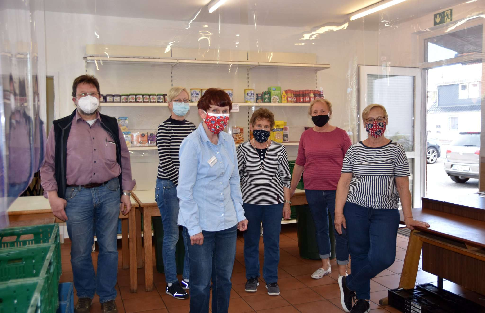 Mund-Nasenschutz und sonstige Hygienemaßnahmen gehören zum Tafelalltag jetzt zwingend dazu. Fotos: Heidrun Meyer