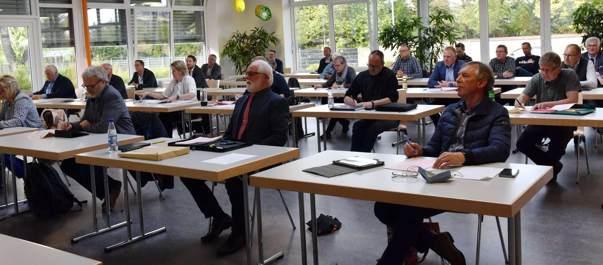 Aus Gründen des Abstandsgebotes fand die Sitzung des Samtgemeinderates in der Mensa der KGS Sittensen statt. Foto: Heidrun Meyer