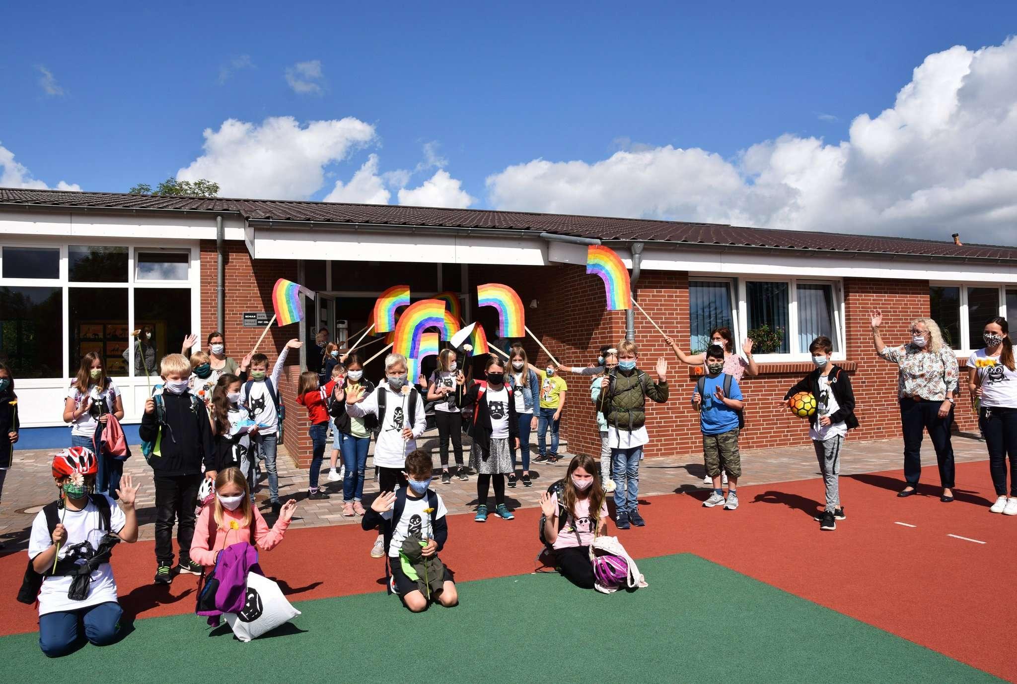 Trotz der Corona bedingten Regeln wurden die Abschlussschüler aus den vierten Klassen feierlich verabschiedet. Fotos: Heidrun Meyer