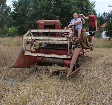 OldtimerFrünn mähen Getreide wie in früheren Zeiten ab