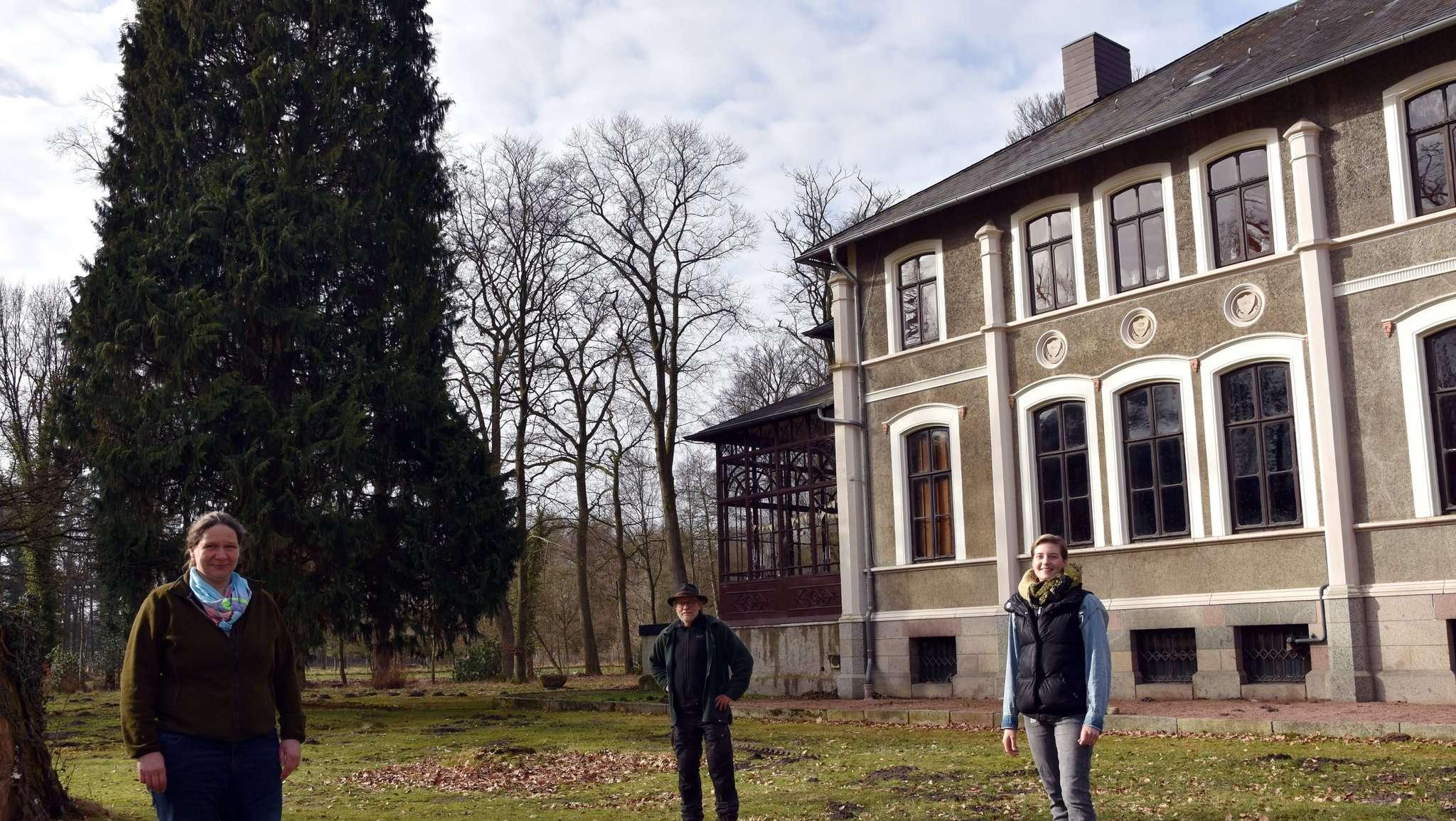 Friederike Bock, zuständige Dezernentin der Klosterkammer (von links), Clemens Heidger, Hannah Wedemeyer vom Klostergut-Team freue sich über die gelungene Arbeit. Fotos: Heidrun Meyer