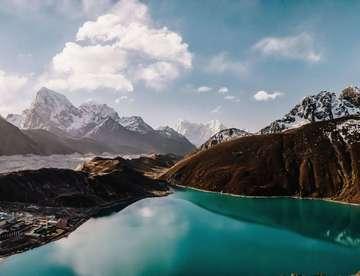 Together Free Zwei Freundinnen wandern durch den Himalaja