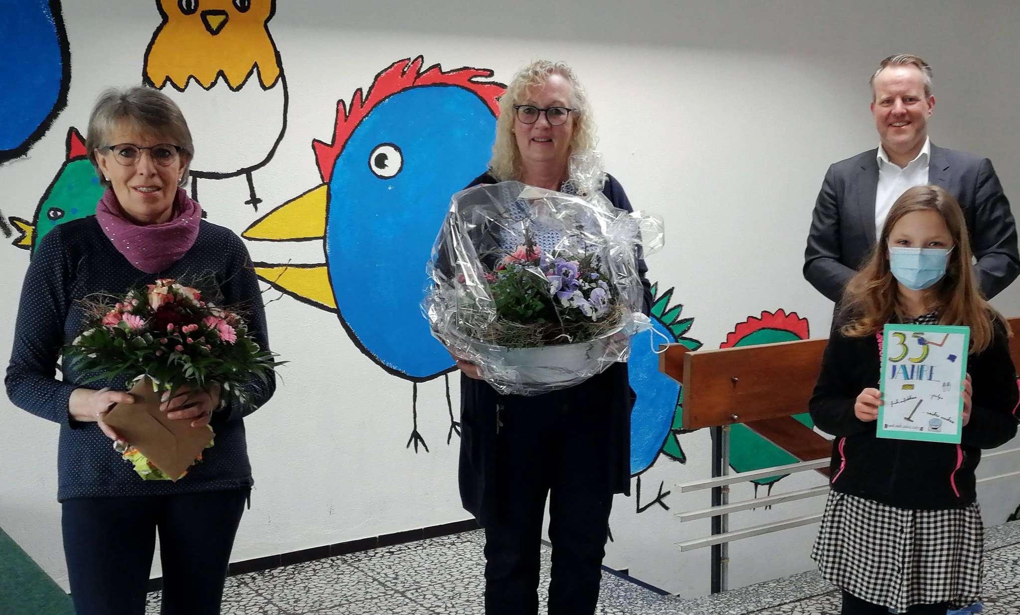 Ingrid Schiewe (links) wurde von Grundschulleiterin Ilse Carstens-Rillox und Samtgemeindebürgermeister Jörn Keller verabschiedet.