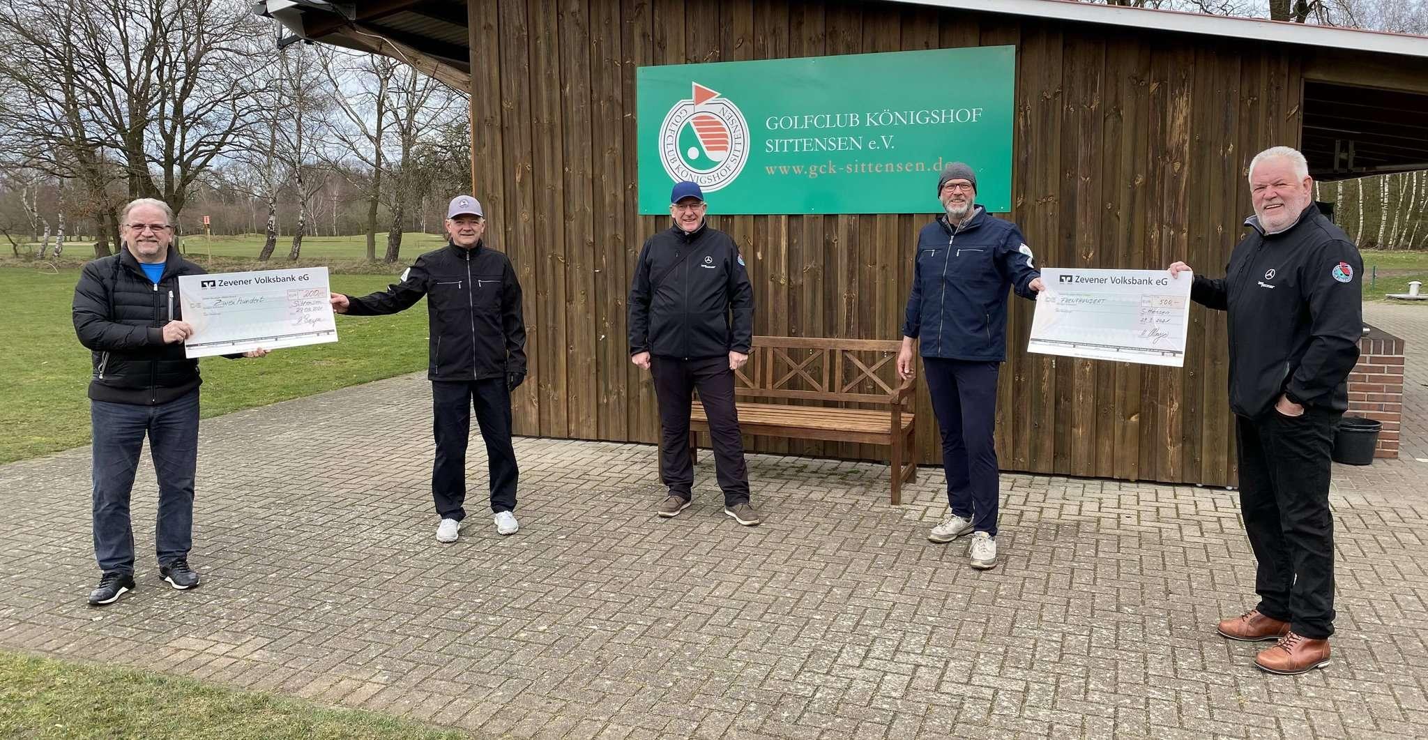 Scheckübergabe im Sittenser Golfclub Königshof durch Horst Wenger (rechts), Klaus von Bargen (links) und Diedrich Riepshoff (Mitte) an Carsten Ehrig Zweiter von rechts) und Mathias Buschbeck (Zweiter von links).