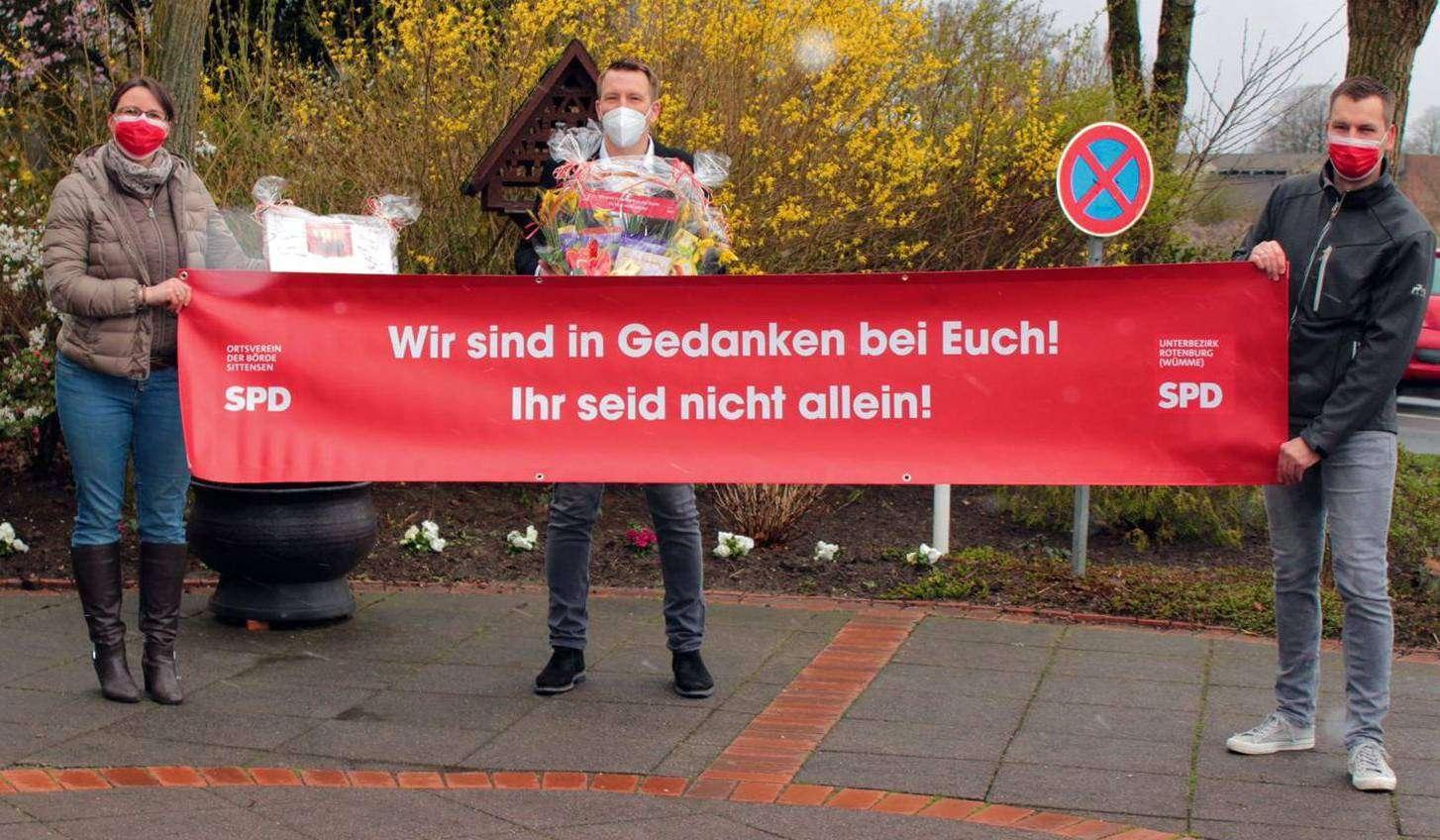 Jennifer und Sven Urban (links und rechts) vom SPD-Ortsverein der Börde Sittensen mit dem Leiter des Sittenser Wohn- und Pflegezentrums Upu2019n Kamp, Sören Bohlmann und einem eigens erstellten Banner.