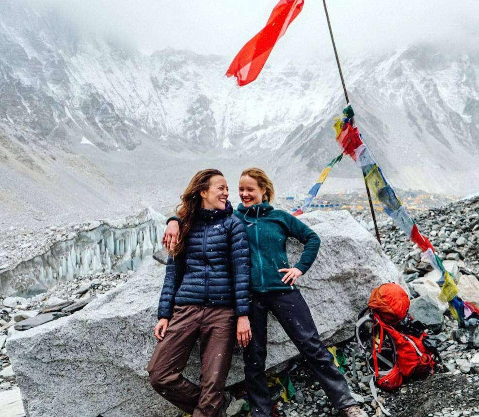 Kristin Hollmann (rechts) und Valerie Menke haben auf einer 28-tägigen Wanderung durch den Himalaja ein Projekt zum Thema Freundschaft entwickelt.