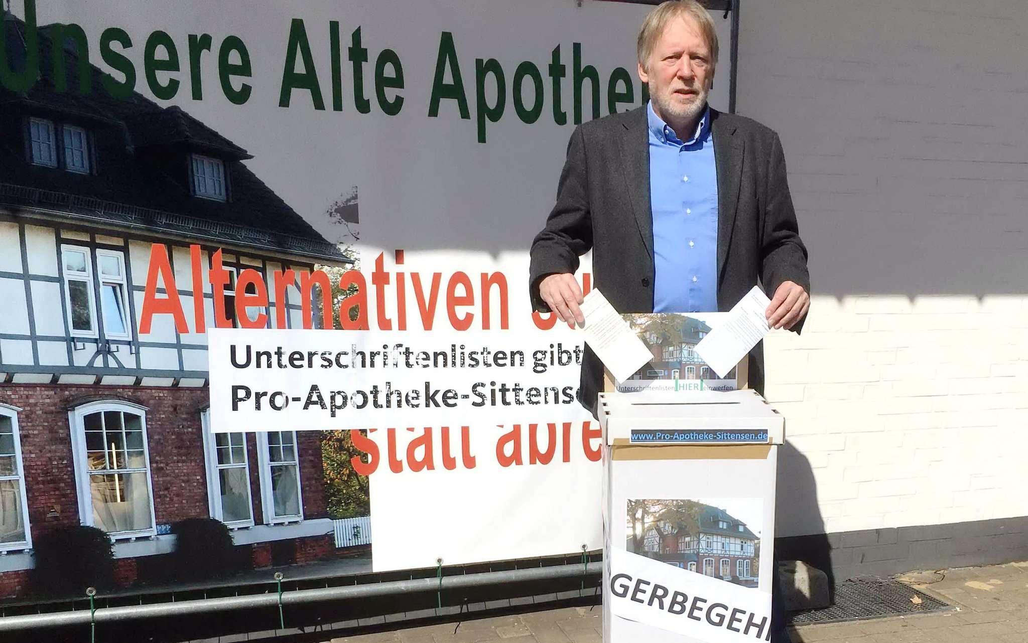 Ingo Hillert mit eine der selbstgestalteten Boxen für Unterschriftenlisten, die ab der kommenden Woche in den Eingangsbereichen von Rewe und Edeka in Sittensen stehen.
