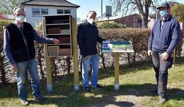 Nisthilfe für Wildbienen auf dem Friedhofsgelände aufgestellt
