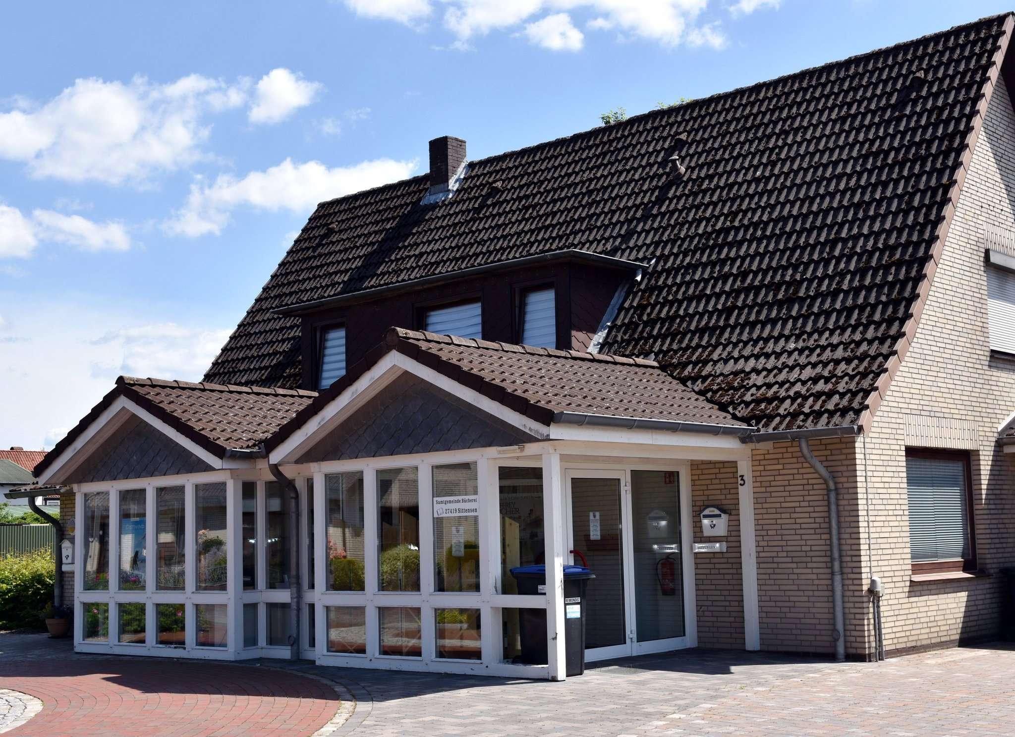 Der Bauausschuss empfiehlt den Abriss des Büchereigebäudes und die Errichtung eines kompletten Neubaus mit Anbindung an die Schule. Foto: Heidrun Meyer