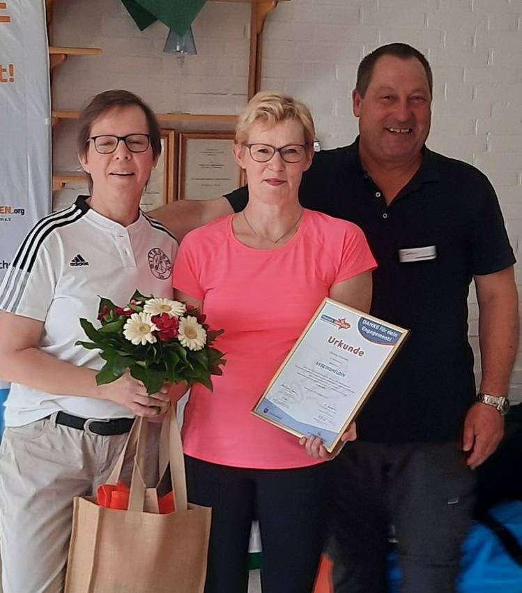 Christa Fitschen (Mitte) mit Astrid Cohrs und Bernd Meyer