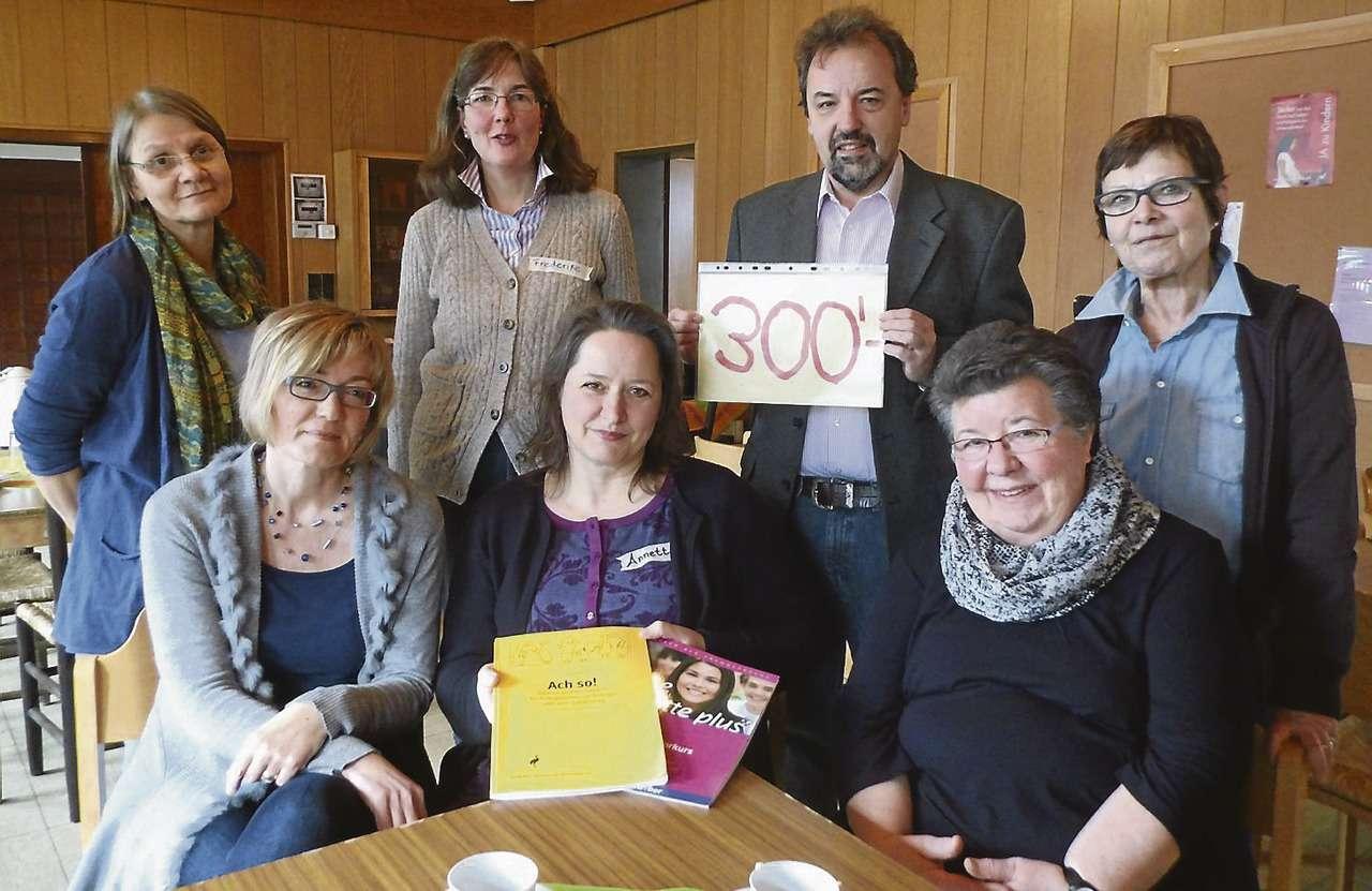 Die Mitglieder des Arbeitskreises Asyl freuen sich über die Spende der Lions. Mit den 300 Euro, die Hans-Jürgen Krahn dem Kreis symbolisch überließ, werden Unterrichtsmittel für die Flüchtlinge angeschafft.