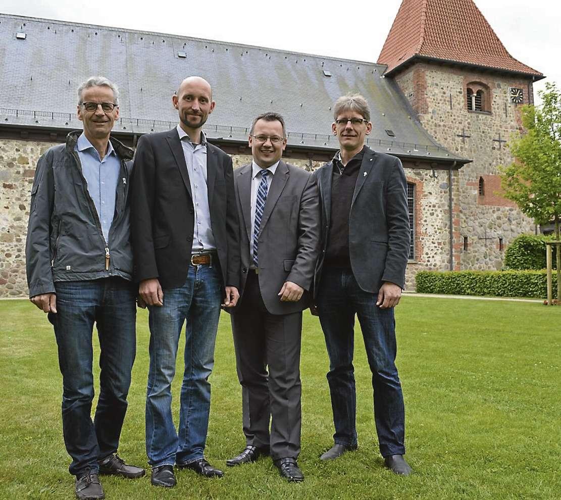 Sie ermöglichen die vierte Auflage des Arche-Noah-Open-Air auf dem Nordplatz der Sottrumer St.-Georg-Kirche. Von links: Heiner Schröder, Benjamin Faber, Jens Krüger und Pastor Dietmar Meyer.