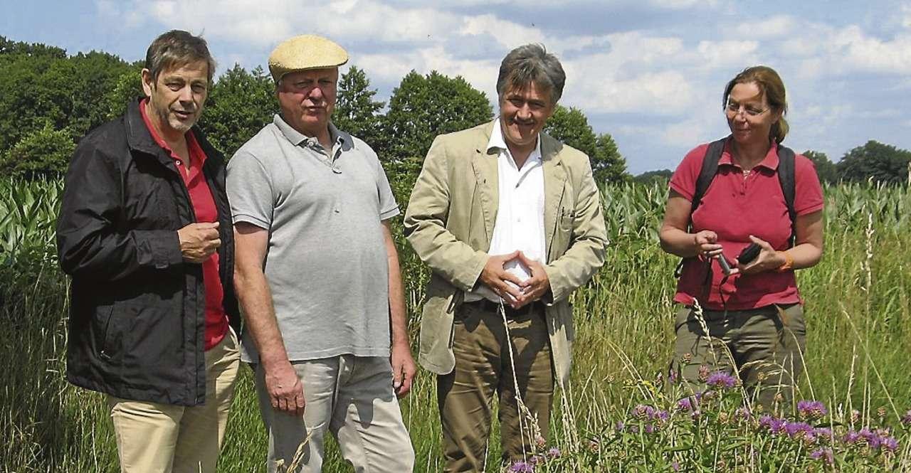 Holger Fuchs-Bodde (Zweiter von links) erklärte Lühr Klee (von links), Michael Schröck und Susanne Büsing, wie das Wegraineprojekt in Badbergen funktioniert.