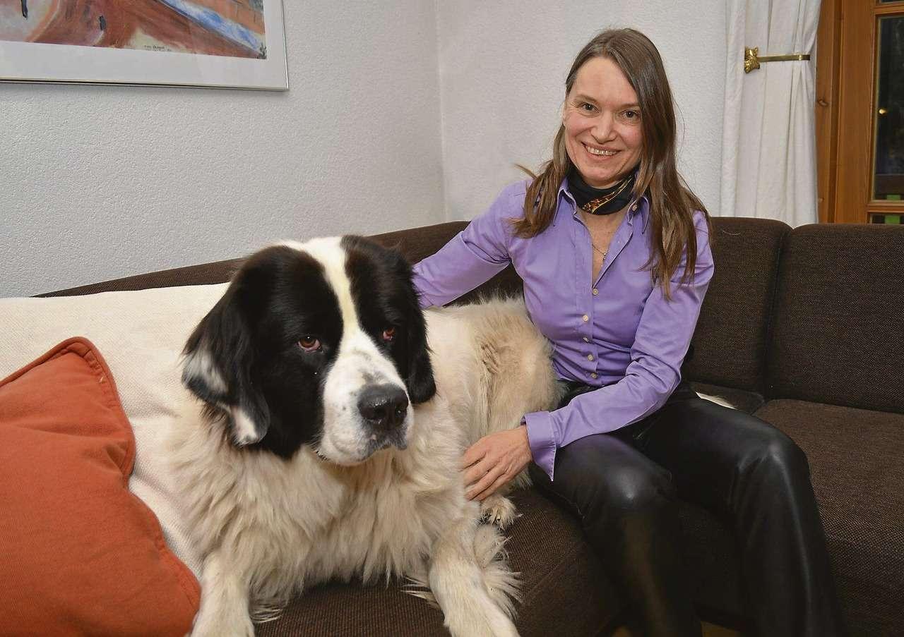 Maria Bellmann mit Erna. Beim Schreiben ist die Landseer-Hündin immer dabei. Sie ist der Ruhepol für die Autorin u2013 auch bei der Arbeit an dem Erstlingswerk, das kürzlich unter dem Titel