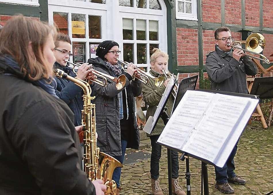 Das Junge Orchester Auenland sorgte mit einer Abordnung für festliche Musik beim Weihnachtsmarkt in Ahausen.