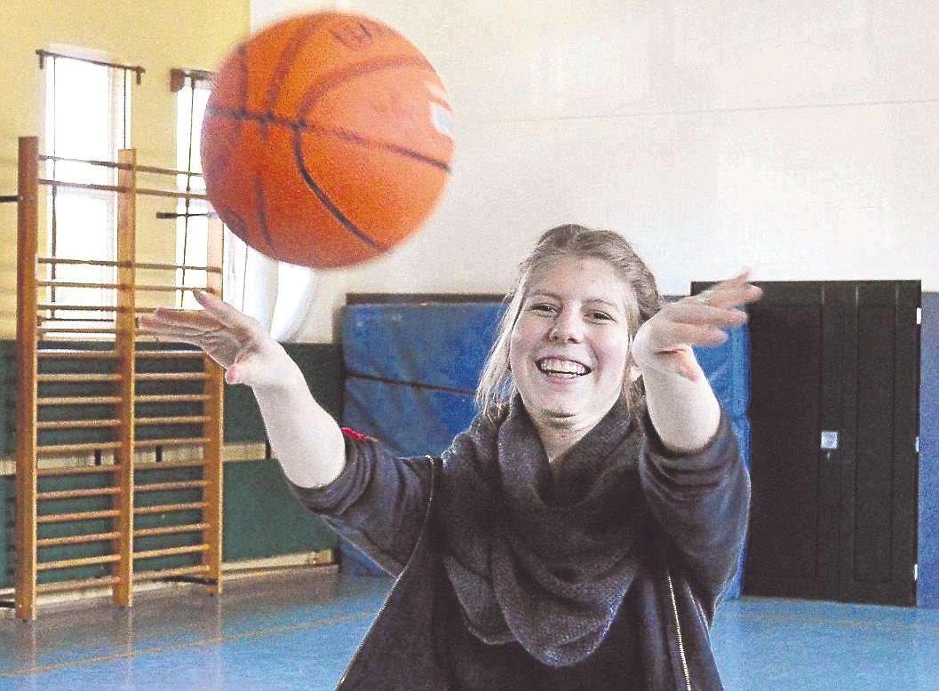 Jessica Röhrs spielt allen Interessierten den Ball zu: Sie bietet im Juni einen Kurs im Rollstuhlbasketball in Sottrum an.
