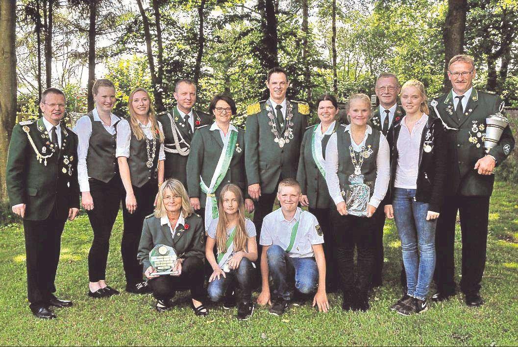 Die neuen Majestäten aus Sothel mit Oberhaupt Hilmar Vajen (Mitte) feierten ein ausgelassenes Fest.
