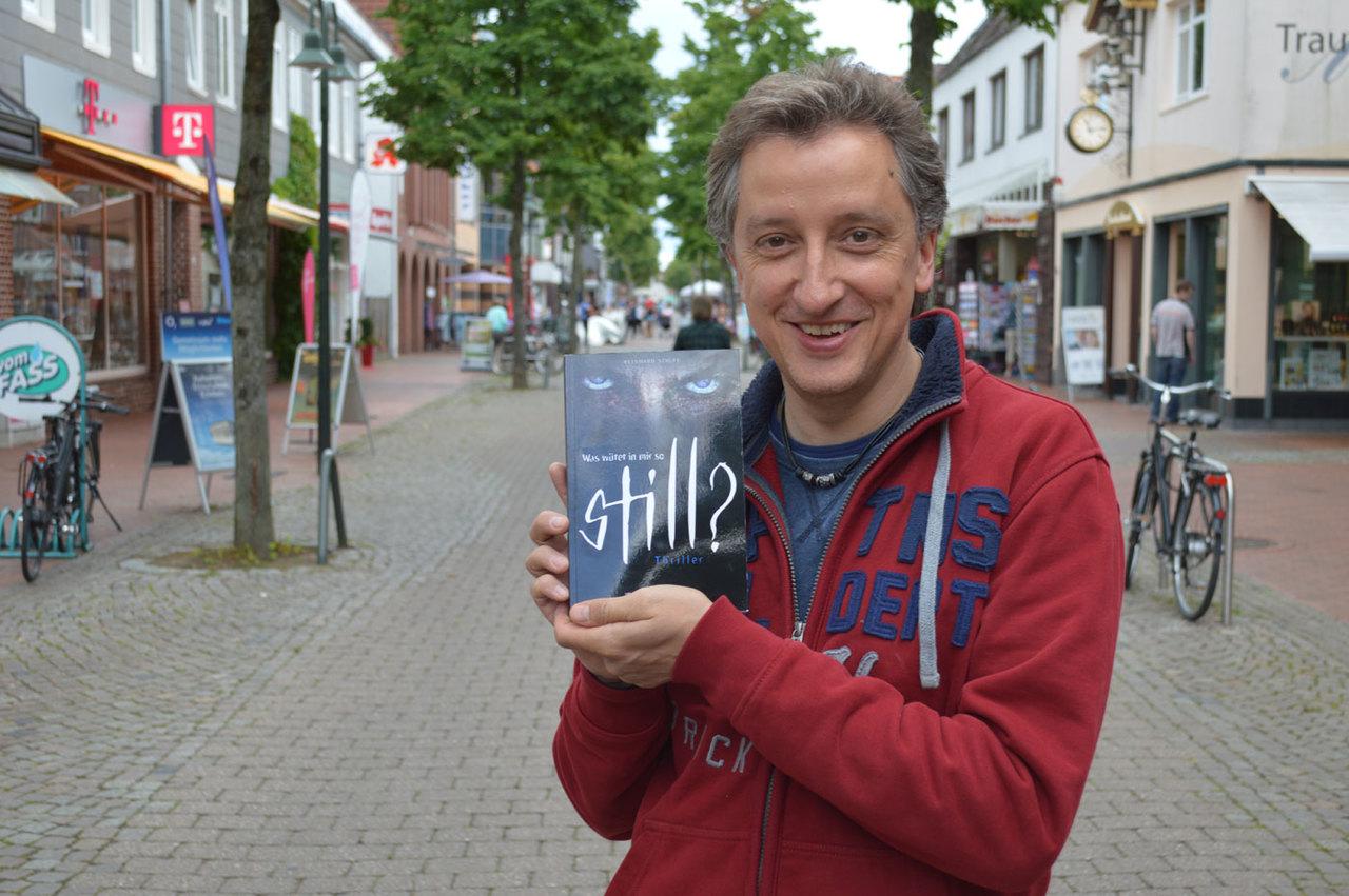 Autor Reinhard Staupe macht gute Miene zum bösen Spiel, denn in seinem Thriller